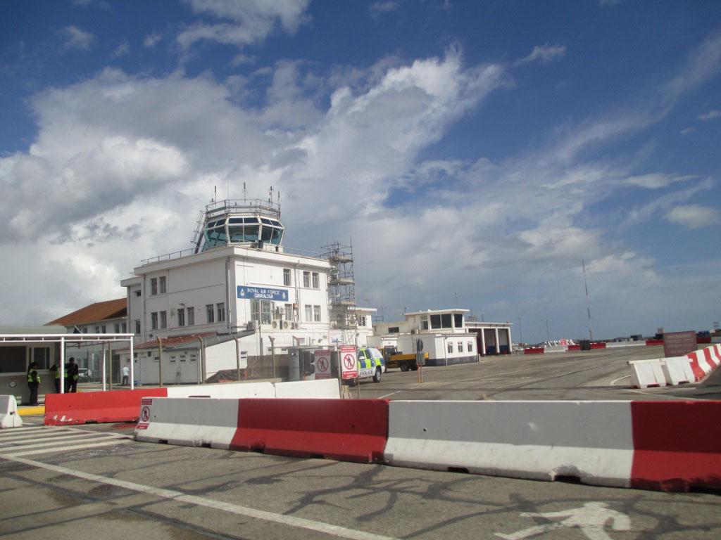 Dat is uniek, bezoek je Gibraltar dan loopt de weg middenover de landingsbaan van het vliegveld.