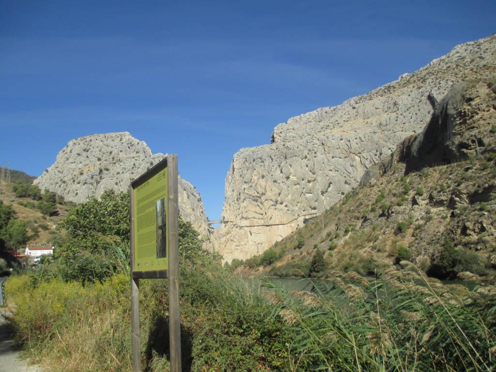 In de verte ligt het spannende wandelpad El Caminito del Rey.