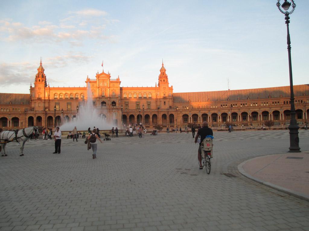 Met de fiets langs het prachtige paleis in Sevilla.