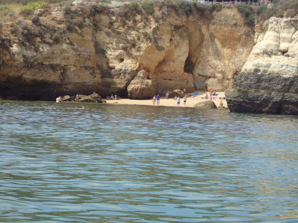 De mooie stranden van de Algarve met de bekende krijtrotsen.