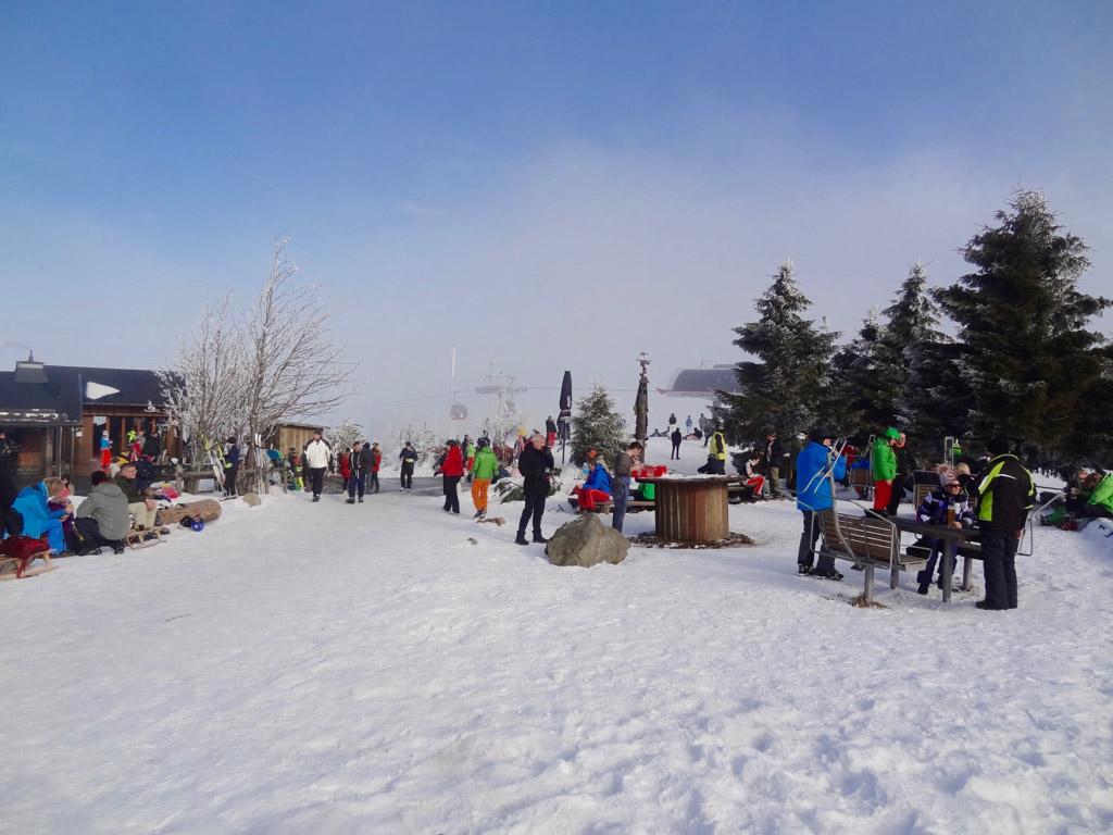 Boven op de berg is het gezellig druk bij Siggi's Hütte.