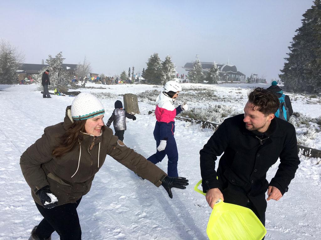 Een sneeuwballengevecht is voor alle leeftijden. Boven op de Willingse berg is het prachtig.