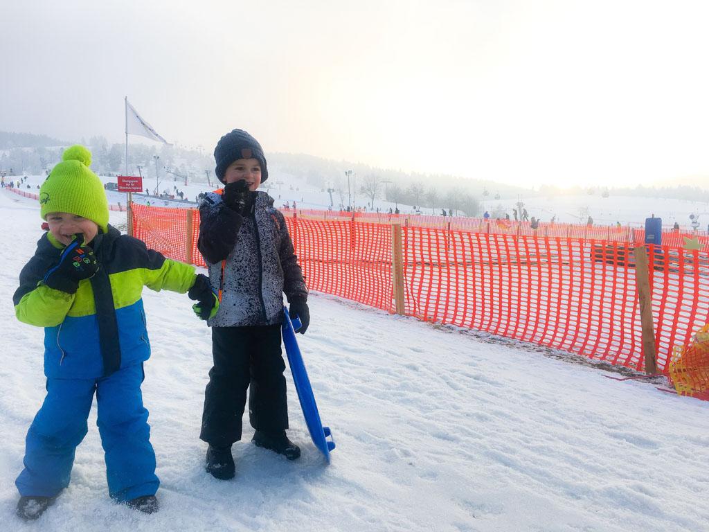 Aan het eind van de dag zijn de jongens nog niet uitgespeeld in de sneeuw van Willingen.