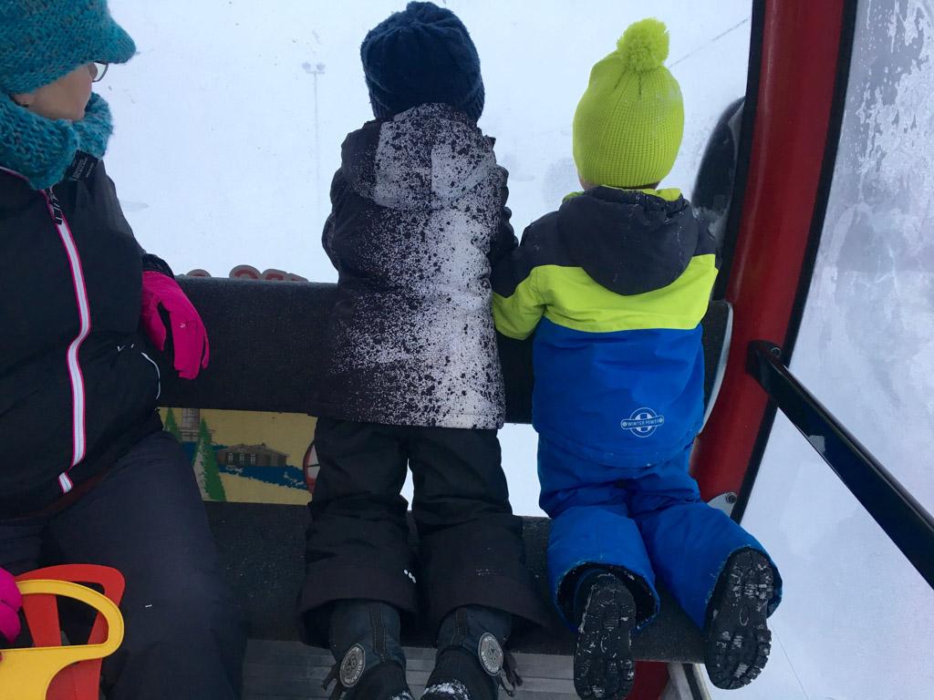 Jilles en Mats kijken hun ogen uit in de gondel naar boven op de berg van Willingen