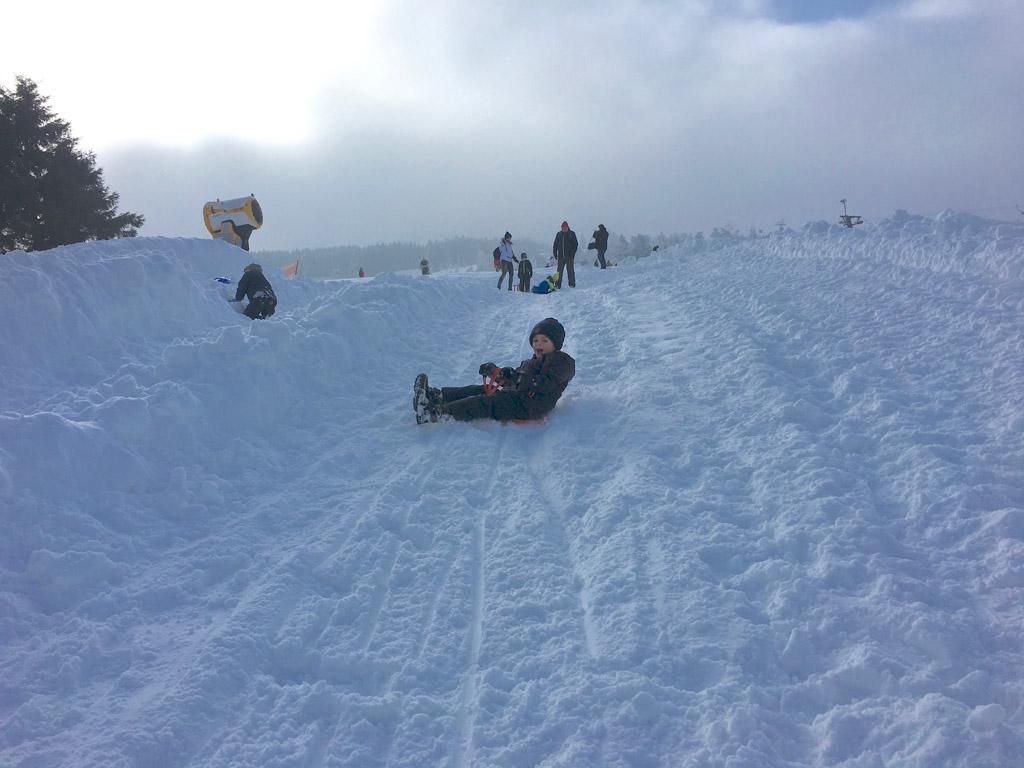 Sleeën, sleeën en nog een sleeën is geweldig in Willingen tijdens eerste kennismaking met wintersport.
