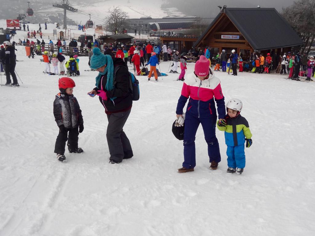 We lopen de kinderpiste om een mooi plekje te vinden om de ski's eronder te doen. Het is bijna zo ver dat de jongens voor het eerst op de ski's staan.