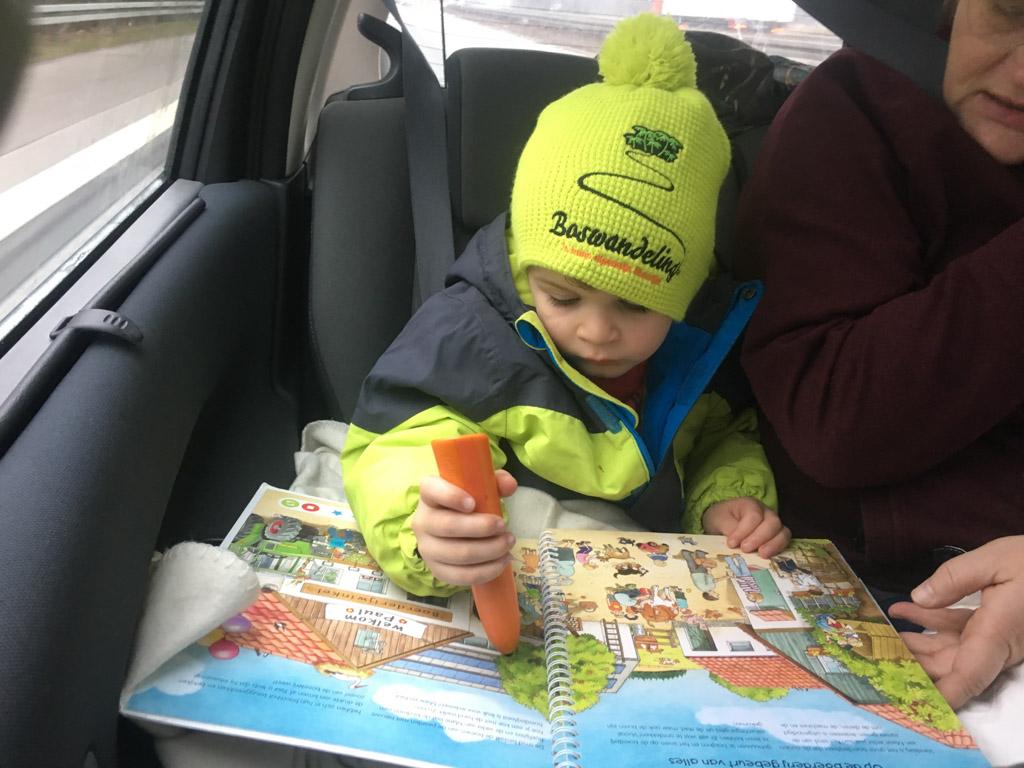 Mats is helemaal klaar voor wintersport in Willingen. Ook onderweg gaat z'n muts niet meer af.