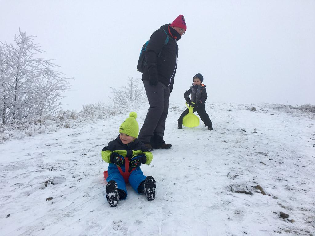 De eerste kennismaking met 'wintersport' is best spannend (voor ons dan). Gelukkig vinden ze het erg leuk. Kennismaking geslaagd!