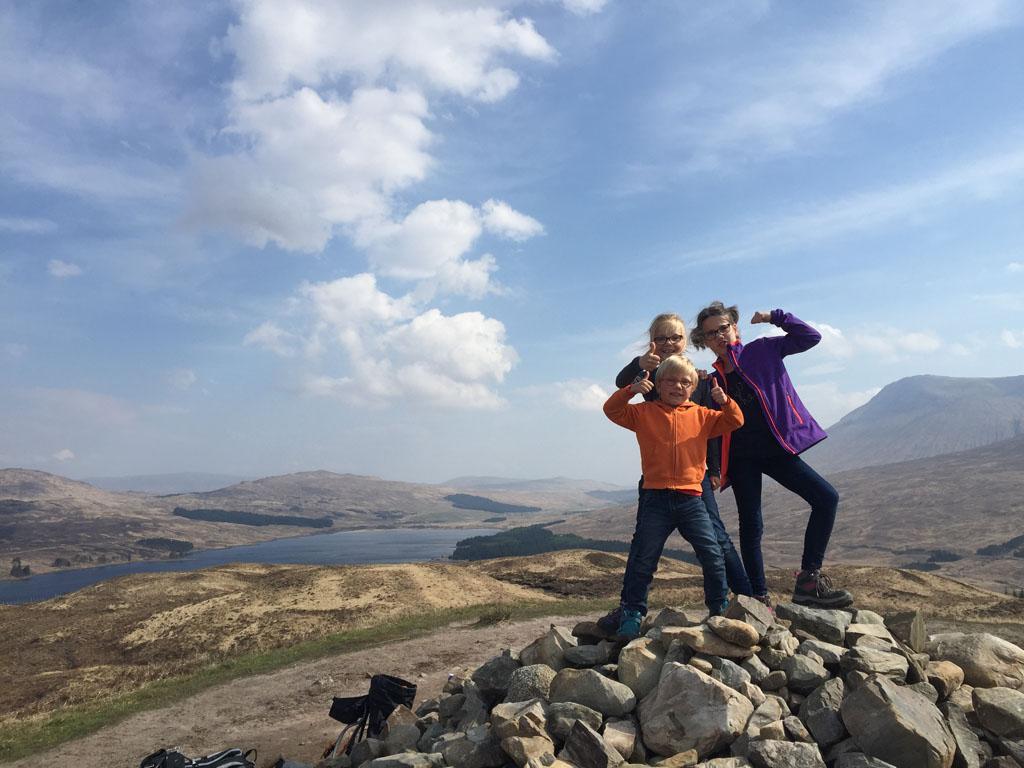Alle drie zijn ze trots op het bereiken van de top tijdens onze etappe van de West Highland Way. Schotland met kinderen
