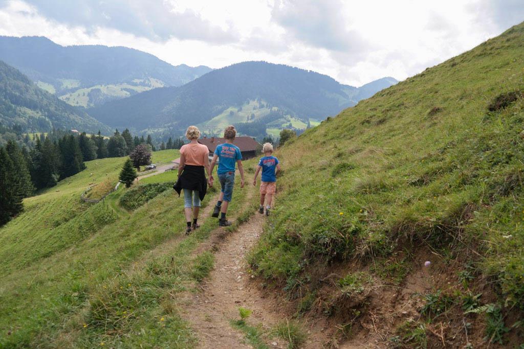 Met de Hündlebahn naar boven en dan wandelen bij de Hündletopf. Beneden wacht speelplezier.