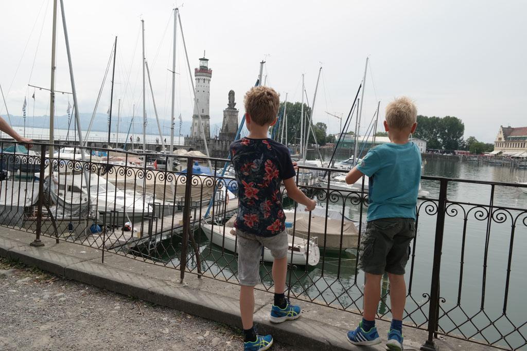 Ind e haven van Lindau genieten van de boten en het uitzicht.