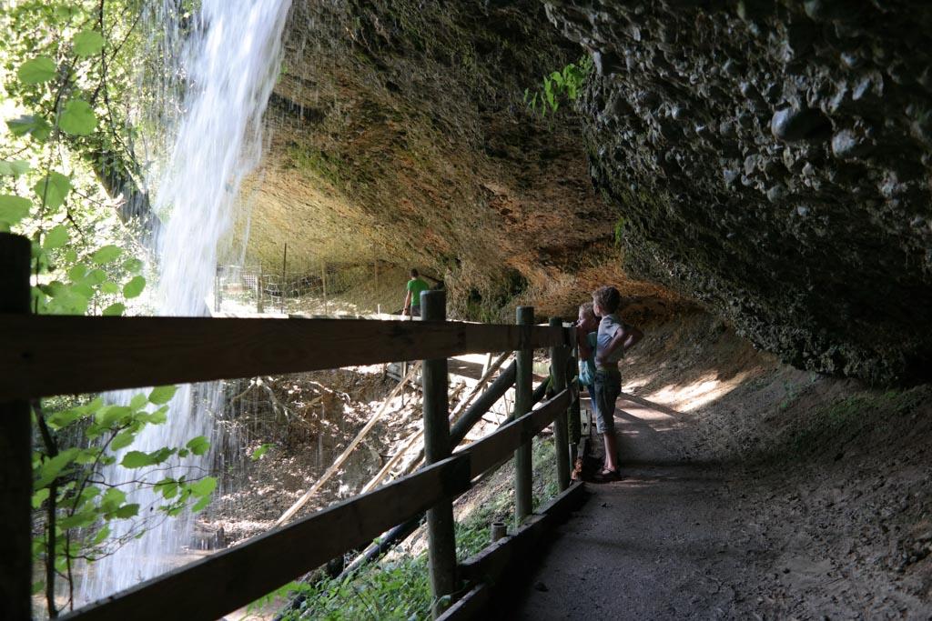Bij Scheidegger Wasserfälle kun je onder één van de watervallen doorlopen.