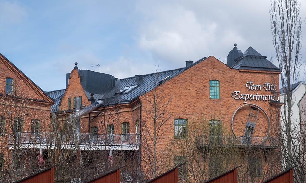 Tomtits Experience bevindt zich in een groot, rood bakstenen gebouw
