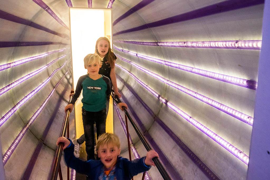 Door een surrealistische tunnel met kleuren, lichten en spiegels