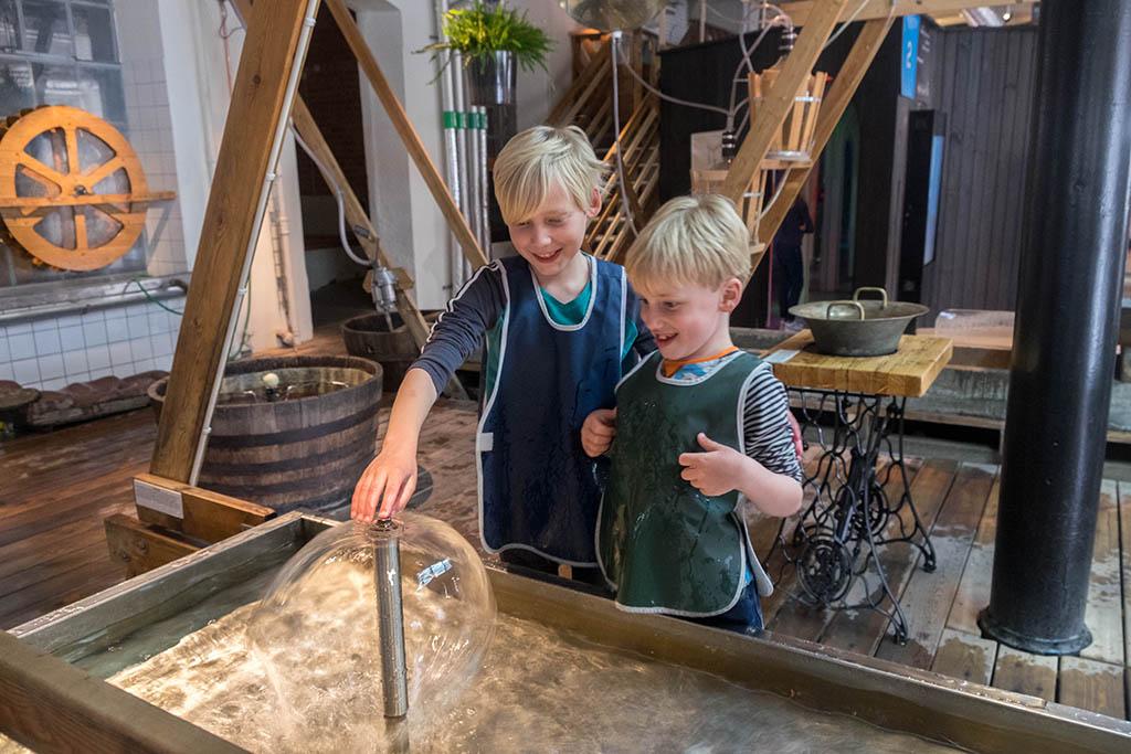 Met water experimenteren bij Tomtits vinden de jongens erg leuk
