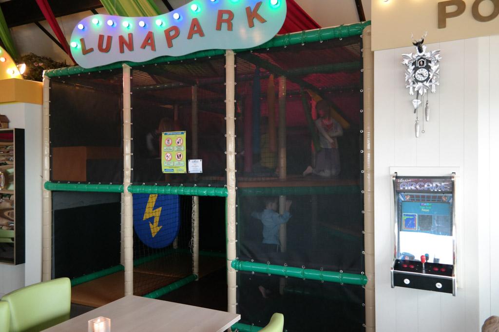 Lunapark, een kleine speelgelegenheid in één van de eetzalen.
