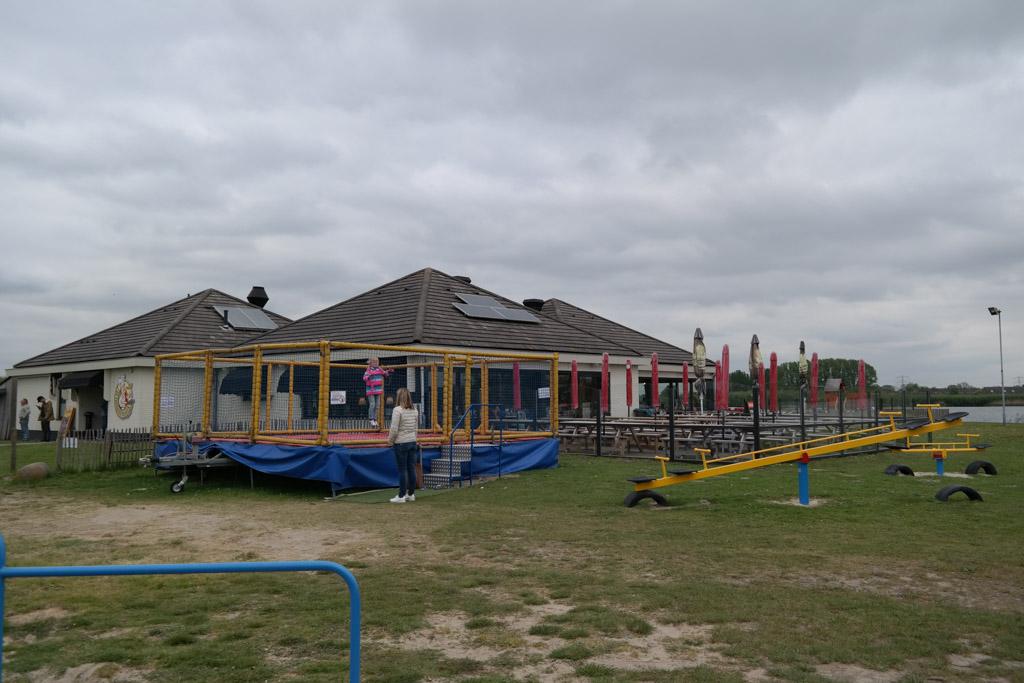 Restaurant, speeltuin en terras liggen bij elkaar.