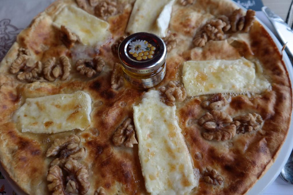Een pannenkoek met brie, honing en walnoten. Krijg je al trek?