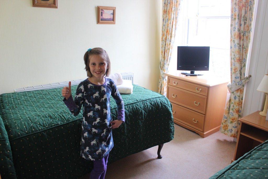 De ruime familiekamer in het Yarn Market hotel bestaat uit 2 kamers met een tussendeur.