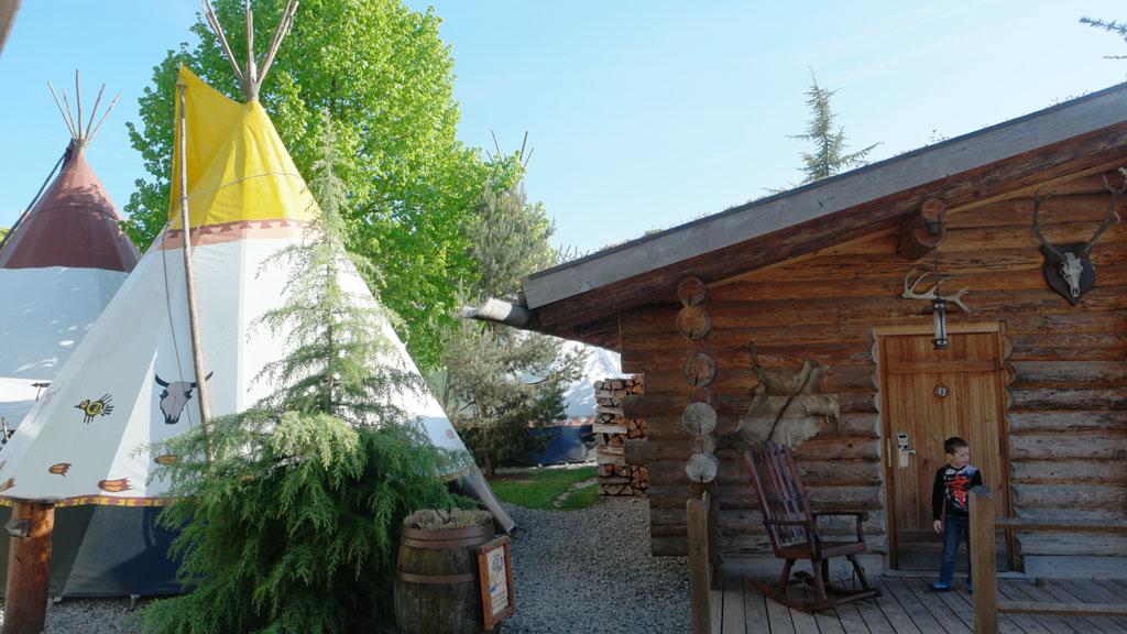 Het Camp Resort, met links een van de tipi's en rechts onze blokhut.