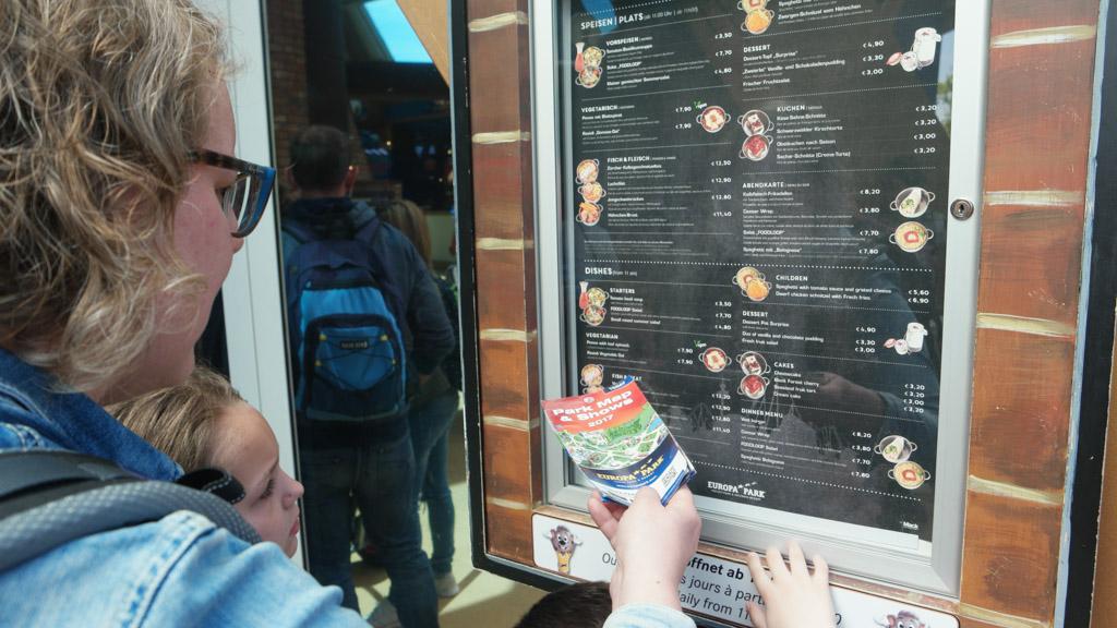 De menukaart hangt ook buiten, handig als je in de rij staat.