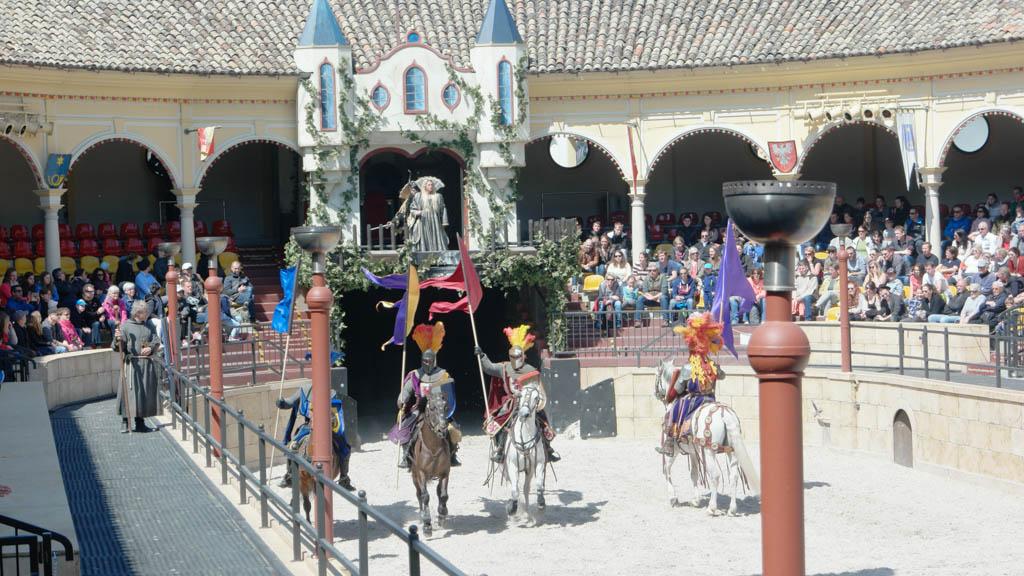 Een heel spektakel met ridders en paarden.