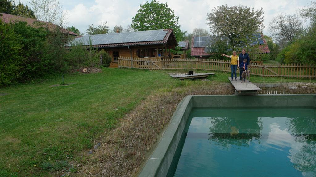 Het zwembad wordt gevuld.