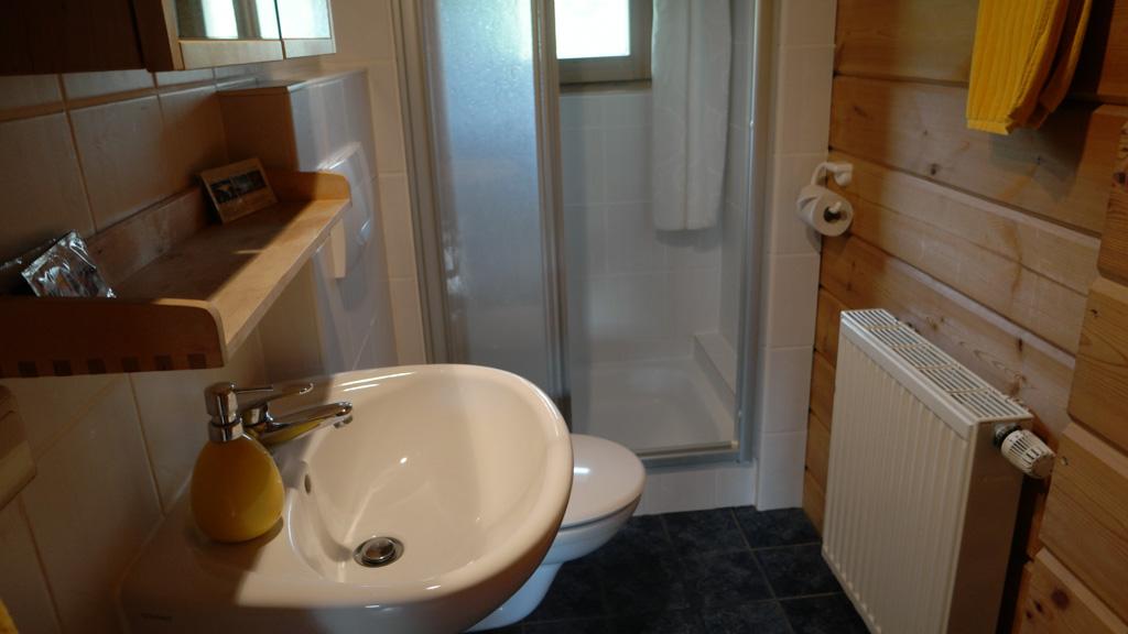 De kleine en functionele badkamer.