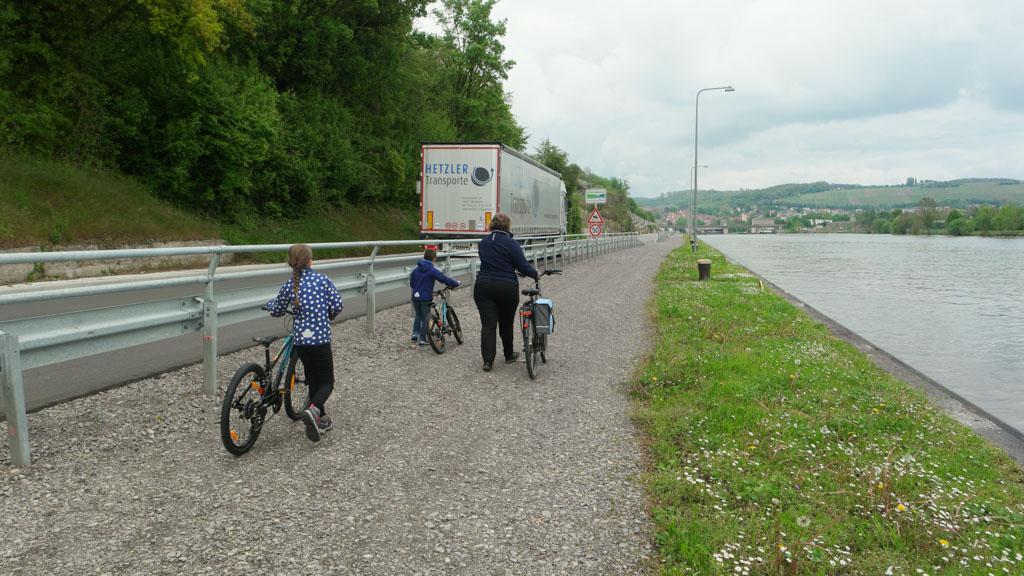 Even lopen. Toch een stuk veiliger als je met kinderen aan het fietsen bent.