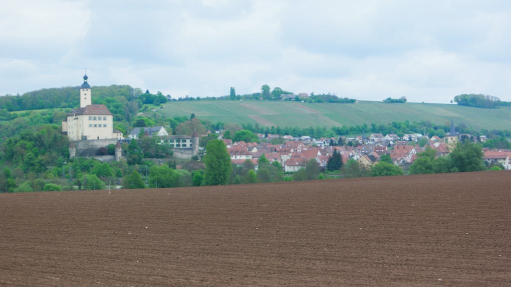 Glooiende heuvels met burchten en kastelen.