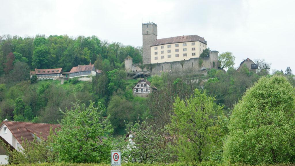 En nog een kasteel, hoog op de heuvel.