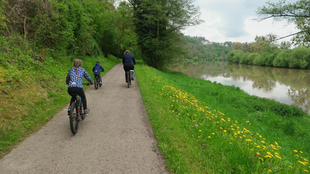 Fietsend langs de Neckar.