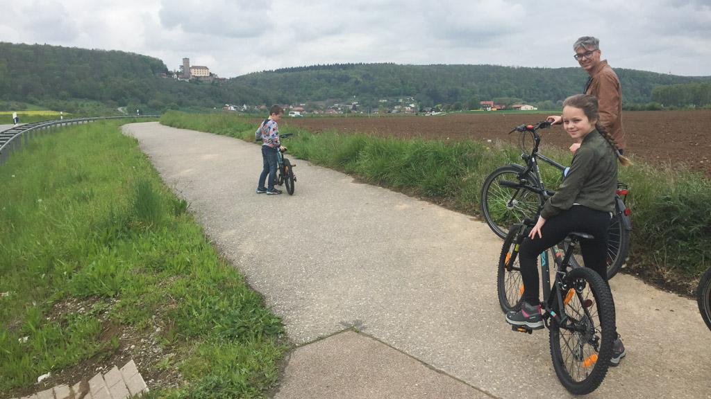 De jassen gaan uit en we zijn weer terug op het vrijliggende fietspad.