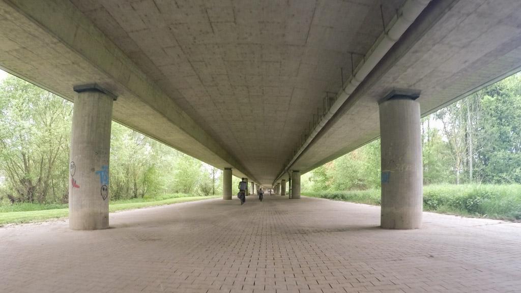 Bijna in Mosbach. Het fietspad gaat hier een stukje onder een weg door.