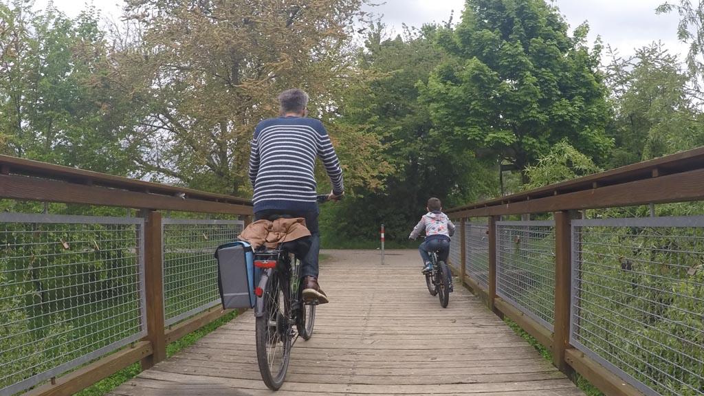 We passeren een paar bruggetjes.