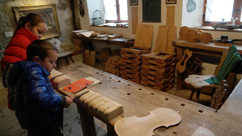 Zelf hout bewerken in het Geigenbau museum.