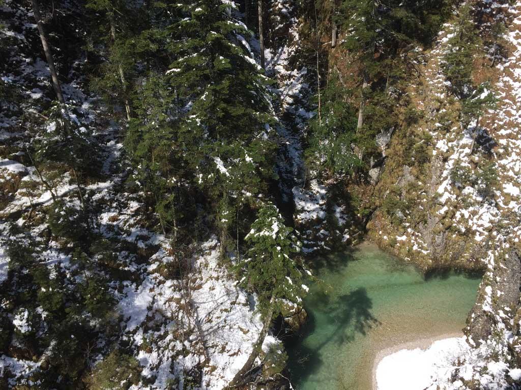 Ver onder ons stroomt de rivier.