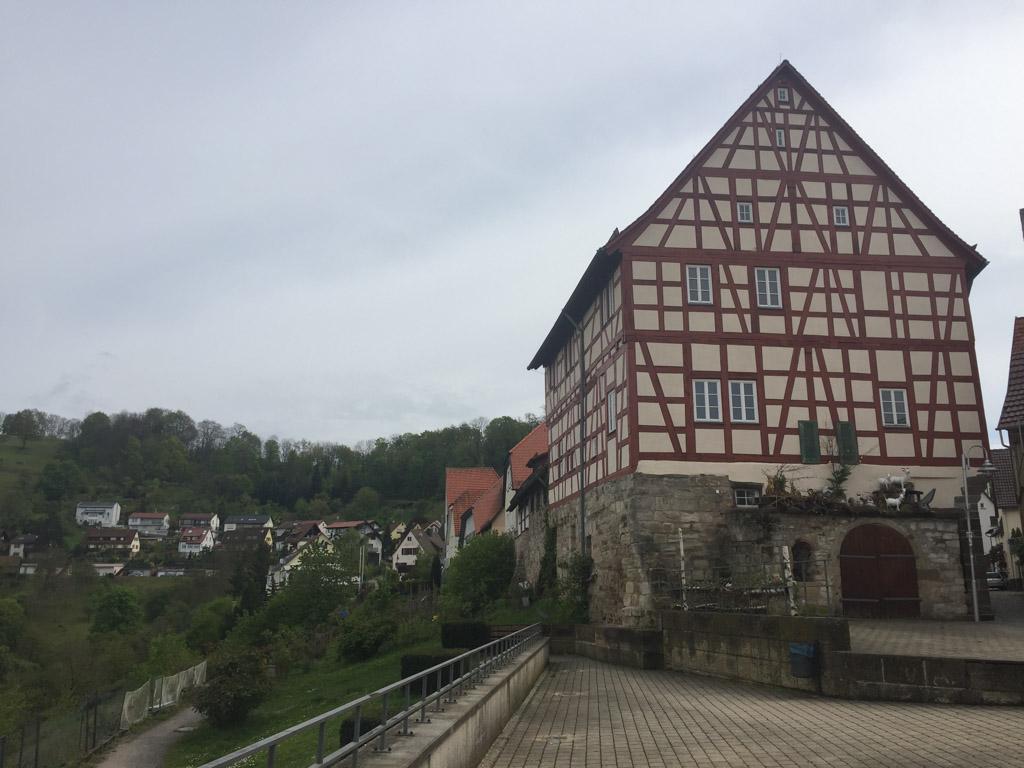 Het uitzichtsplatform in Lowenstein en het pad dat we daarna volgen.