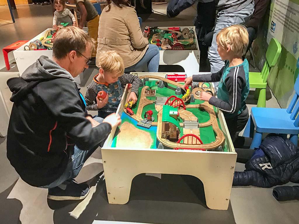 Spelen met de houten treintjes