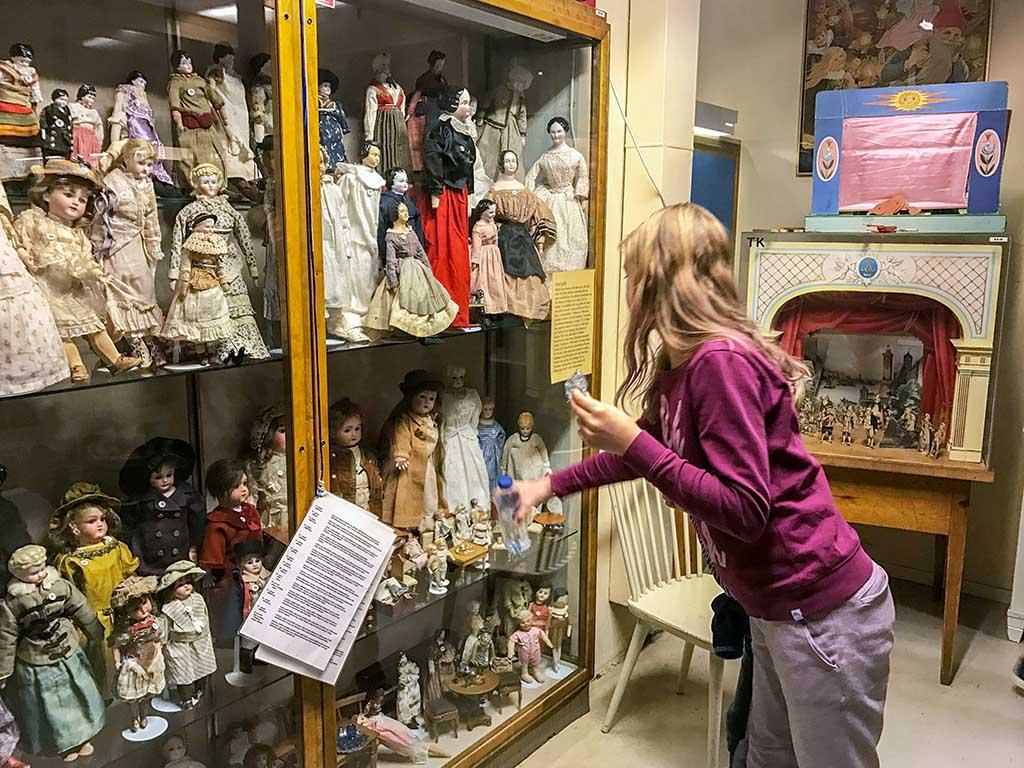 Kijken naar het oude speelgoed in de vitrines
