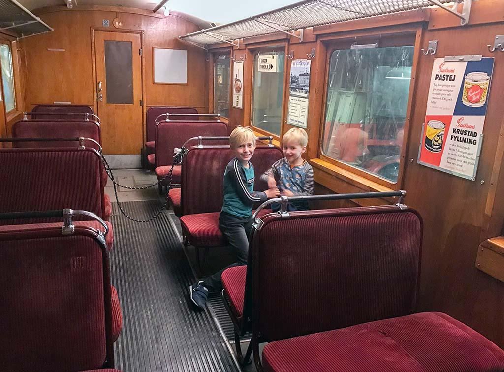Een kijkje nemen in de oude metro's en treinen