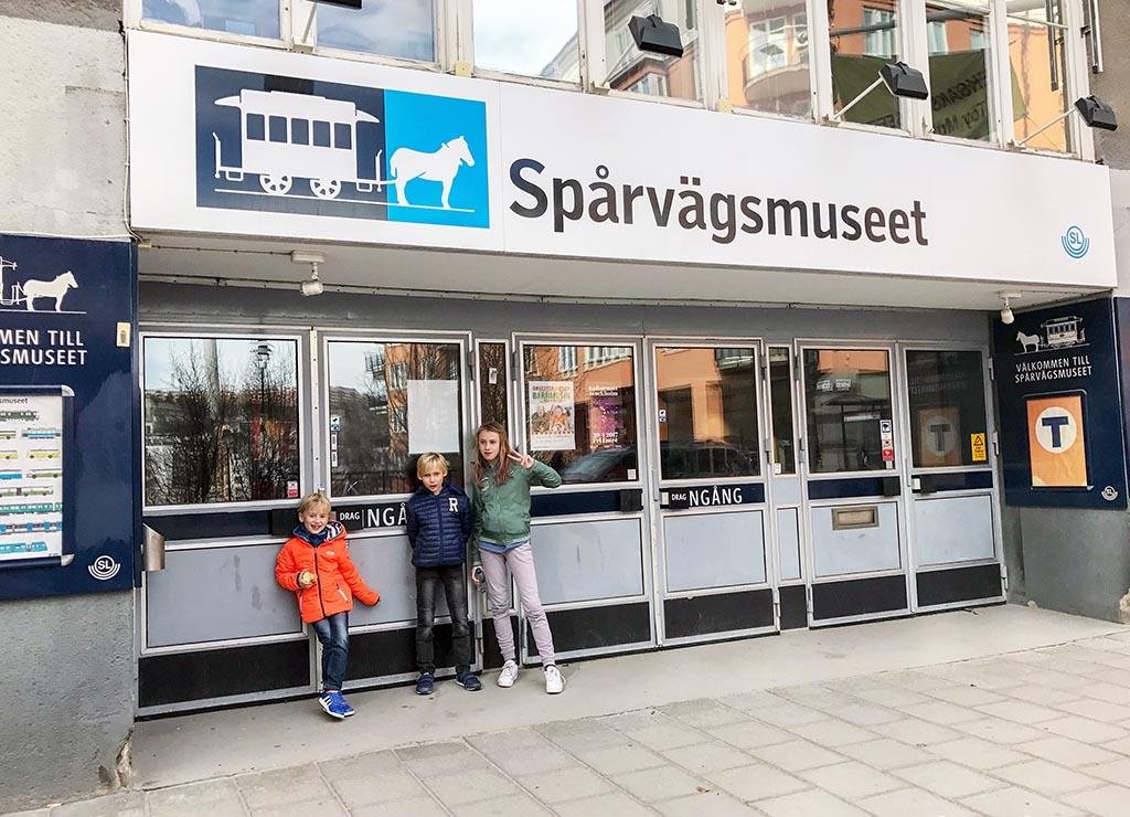 De entree van het spoorwegmuseum in Stockholm lijkt op een metrostation