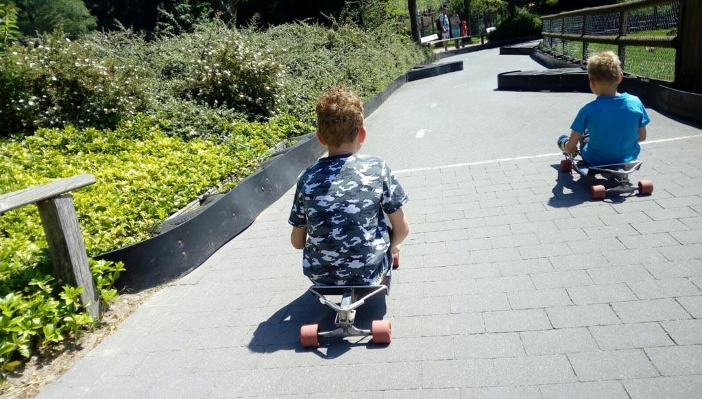 De boardbaan met hindernissen is vooral leuk voor de grote jongens.