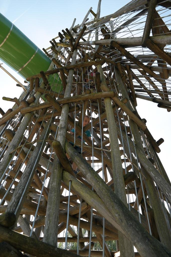 Soms moet je een flinke klimtoren overwinnen om bij de glijbaan te komen.