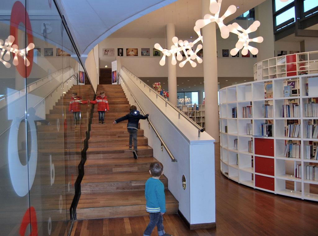 Eenmaal in de bibliotheek neem je de trap naar beneden naar de kinderafdeling.