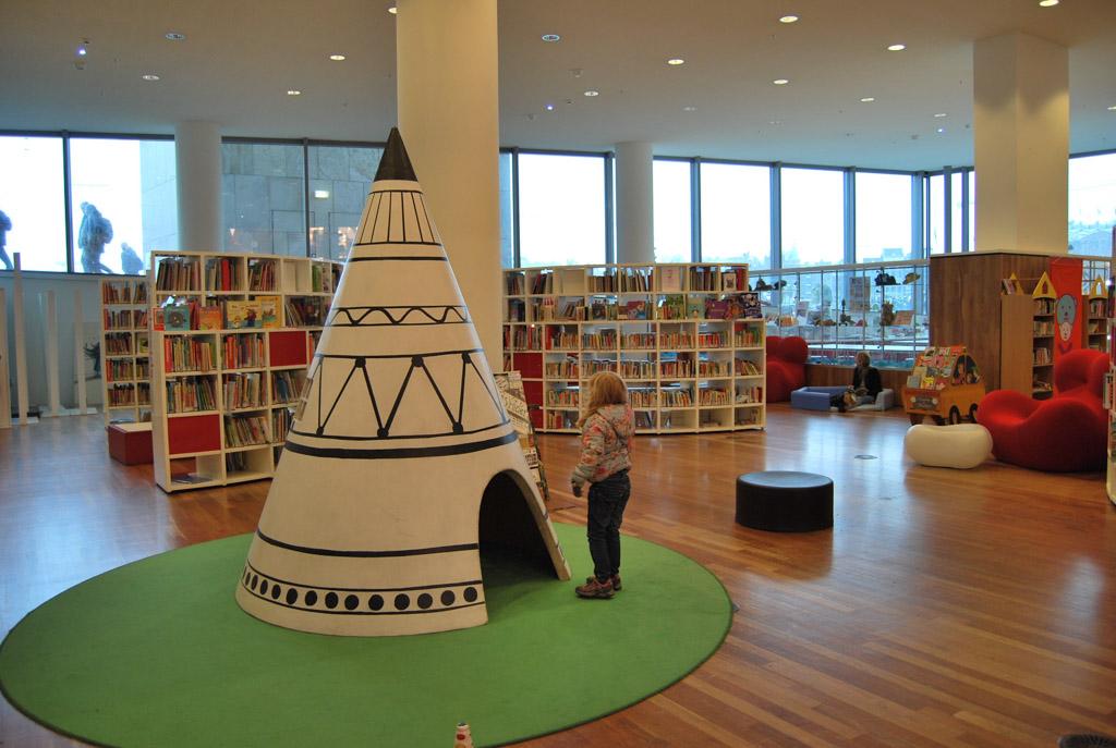 Uitgekeken bij het Muizenhuis? Er valt voldoende te ontdekken bij de rest van de kinderafdeling van de Openbare Bibliotheek in Amsterdam.