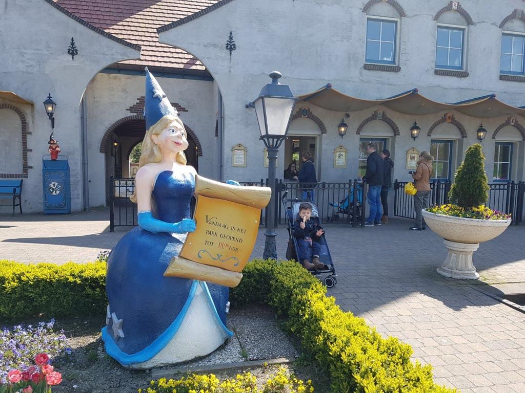 De sprookjesachtige entree van Sprookjeswonderland in Enkhuizen