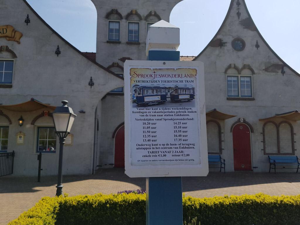 In de weekenden en schoolvakanties rijdt er ook een toeristische tram van en naar het station in Enkhuizen.