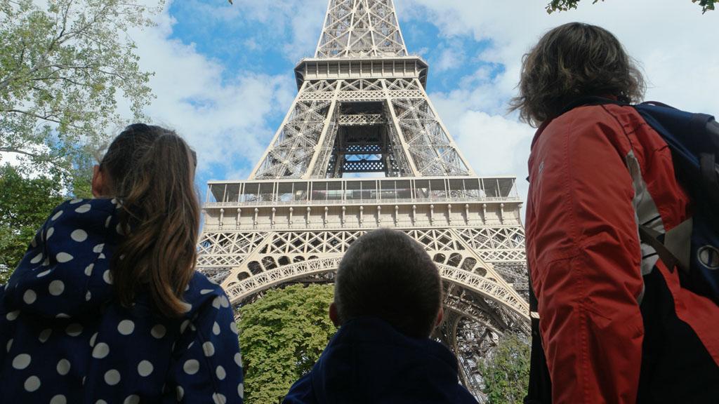 De Eiffeltoren bekijken in Parijs.