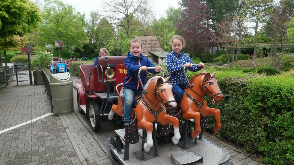 Paardje rijden is altijd leuk, ook als ze niet echt zijn.